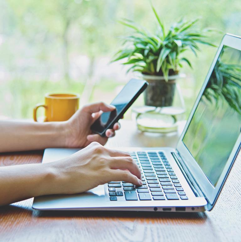 Sprawdzanie telefonu przy pracy z komputerem