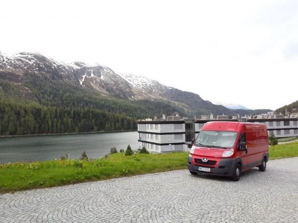 czerwony bus z widokiem na góry