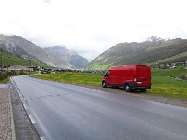 czerwony bus w dolinie
