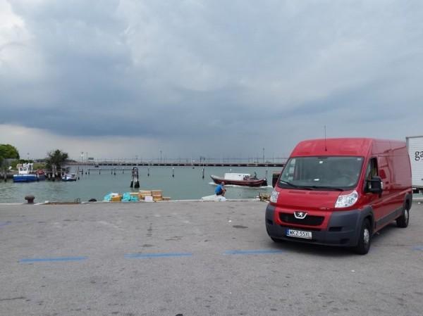 czerwony bus nad wodą
