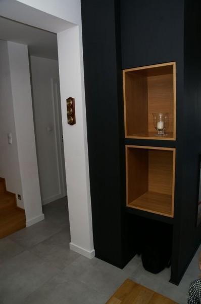 ciemna szafka w korytarzu z dwoma pólkami