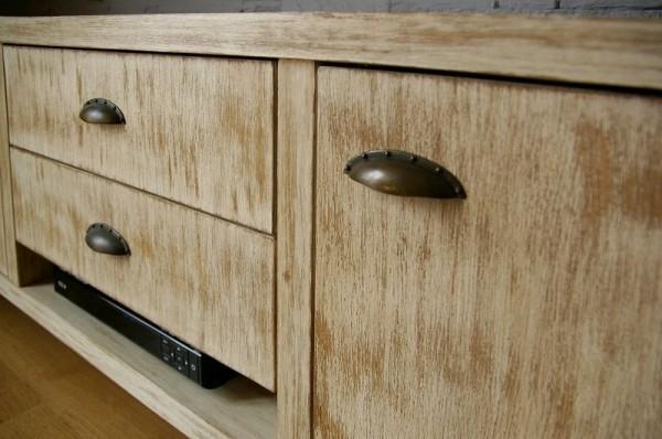 jasna szafka z szufladami i drzwiczkami