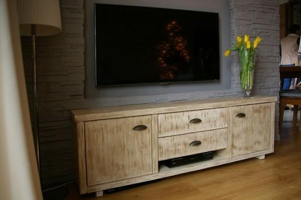 wbudowany telewizor ze zdobioną szafką pod spodem