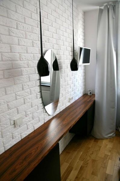 lusterko w pokoju nad półką