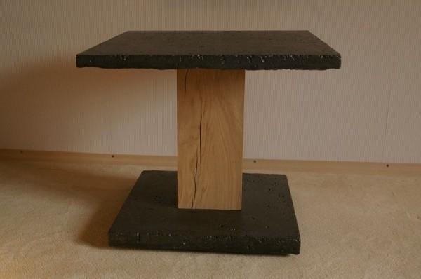 mała półka z drewnianą stopką