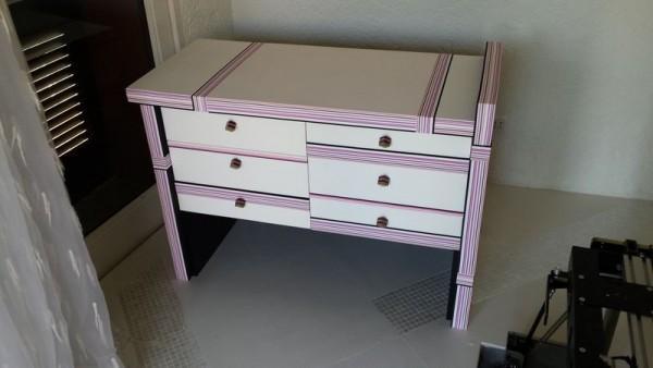 dziecięca biała szafka z różową okleiną