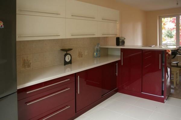 aneks kuchenny z czerwonymi szafkami