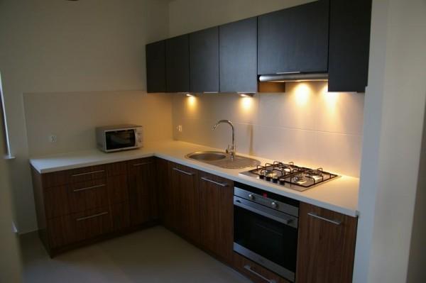 kuchnia z oświetleniem z półek