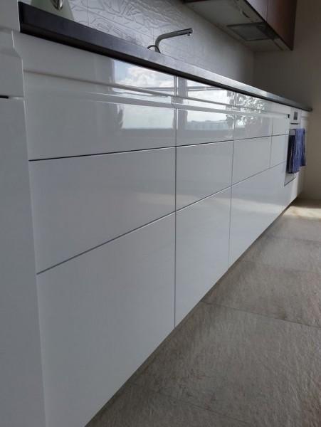 białe dolne półki w kuchni