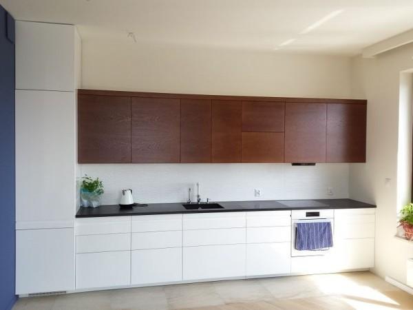 kuchnia z brązowymi półkami