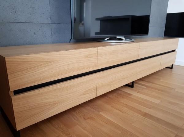 półka pod telewizor z czarnym paskiem po środku
