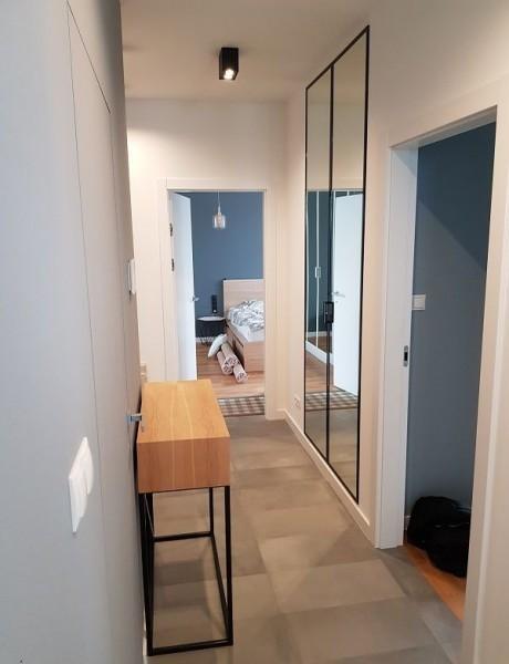 wąski korytarz w mieszkaniu