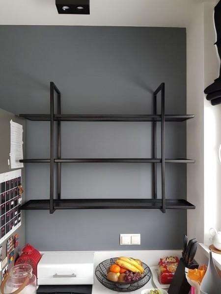 metalowa czarna półka w kuchni