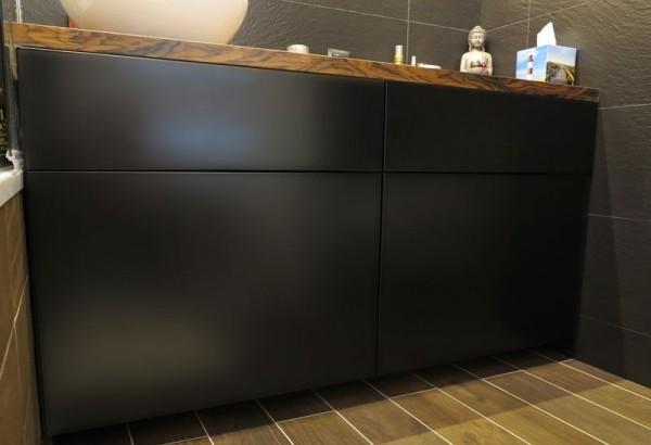 czarna półka w łazience