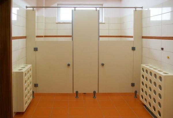 czerwona podłoga z kabinami w łazience