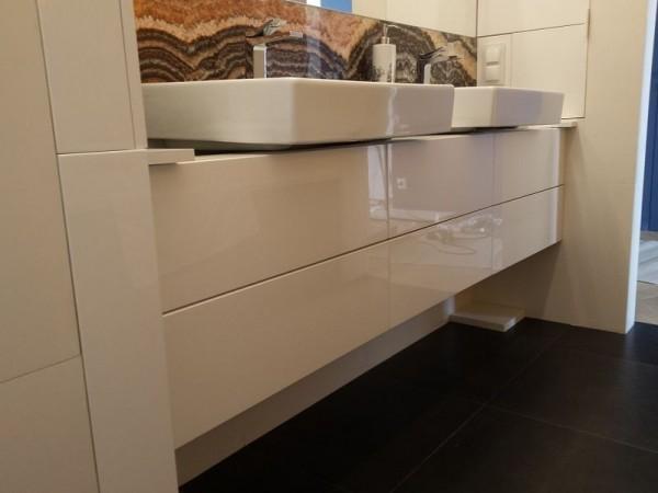 białe szafki i zlewy w łazience