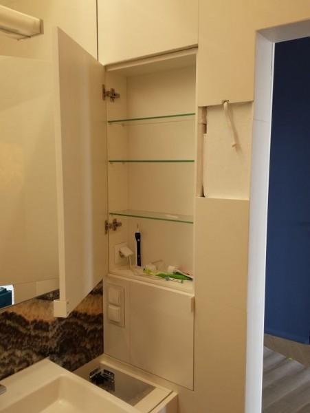 otwarta szafka w łazience