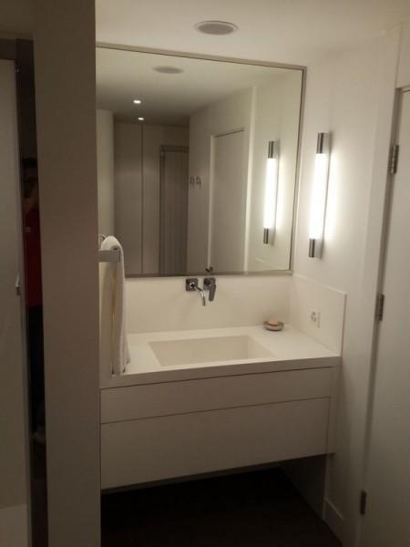 czysta łazienka jasno oświetlona
