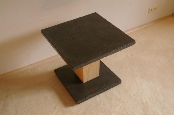 mały ciemny stolik