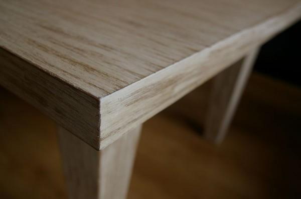 krawędź szarego stolika