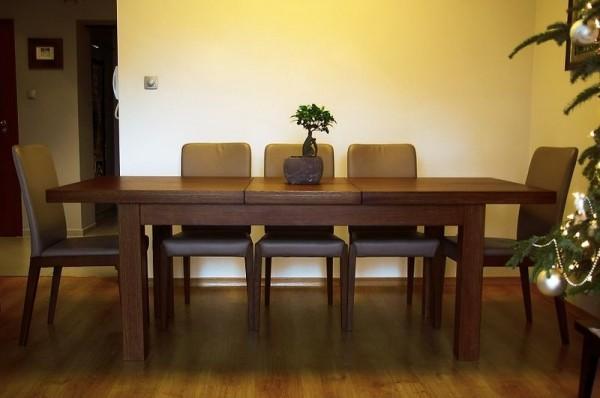 rozłożony brązowy stół