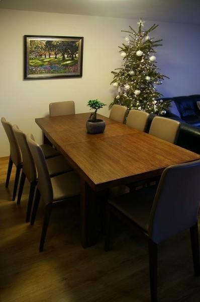 stół rodzinny z choinką w tle